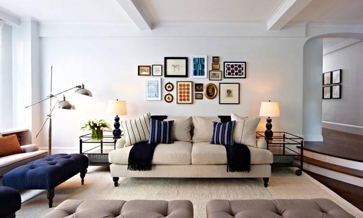 дизайн интерьера гостиной комнаты с белым диваном и синей оттаманкой