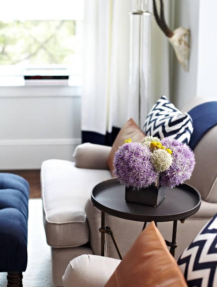 круглый кофейный столик в дизайне гостиной фото