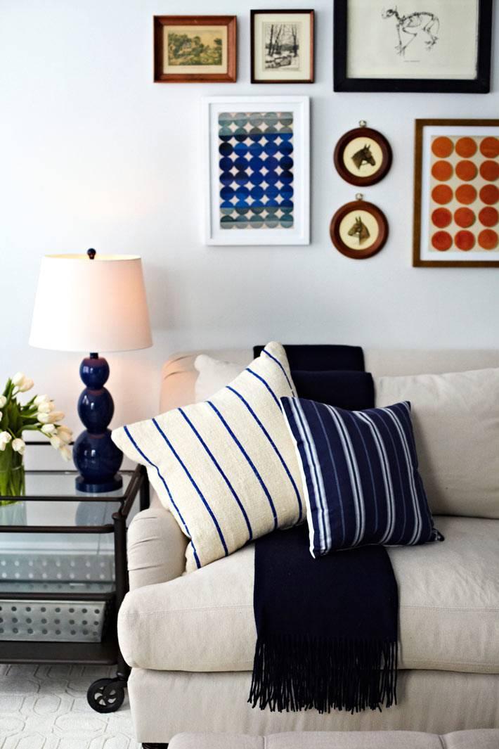 абстрактные картины в дизайне гостиной комнаты фото