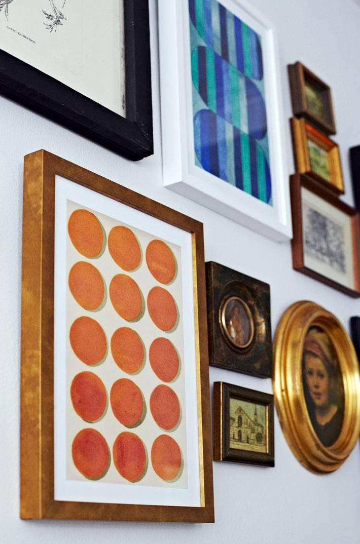 картины в разных рамах как украшение гостиной комнаты