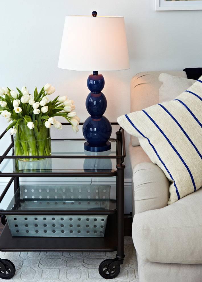 кофейный столик на колесах в современной гостиной