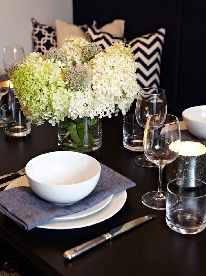 красивая сервировка стола с белой посудой и цветами фото