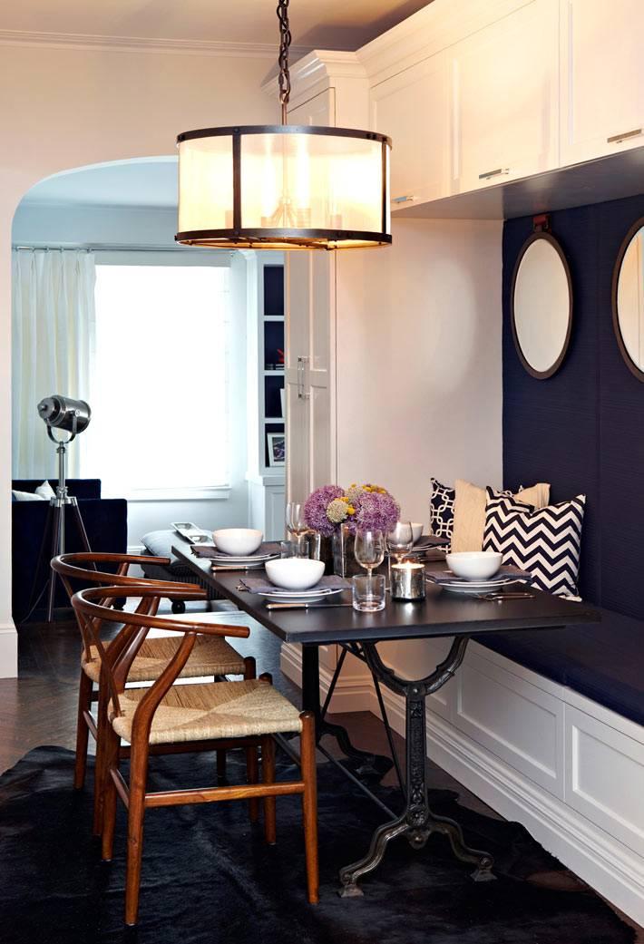 круглая лампа в уютном интерьере столовой комнаты