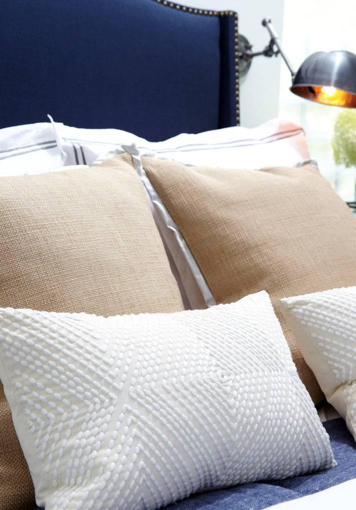 диванные бежевые подушки для уютной спальни