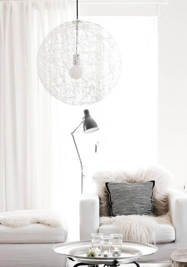прозрачная шарообразная люстра в белой комнате