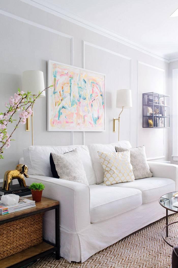 белый диван в белом интерьере гостиной фото