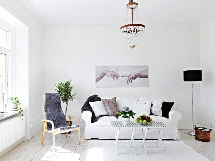 сканлинавский интерьер гостиной комнаты белого цвета