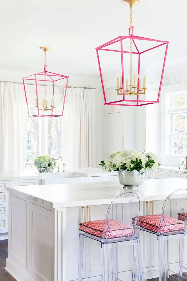 белый цвет в интерьере кухни с розовыми светильниками