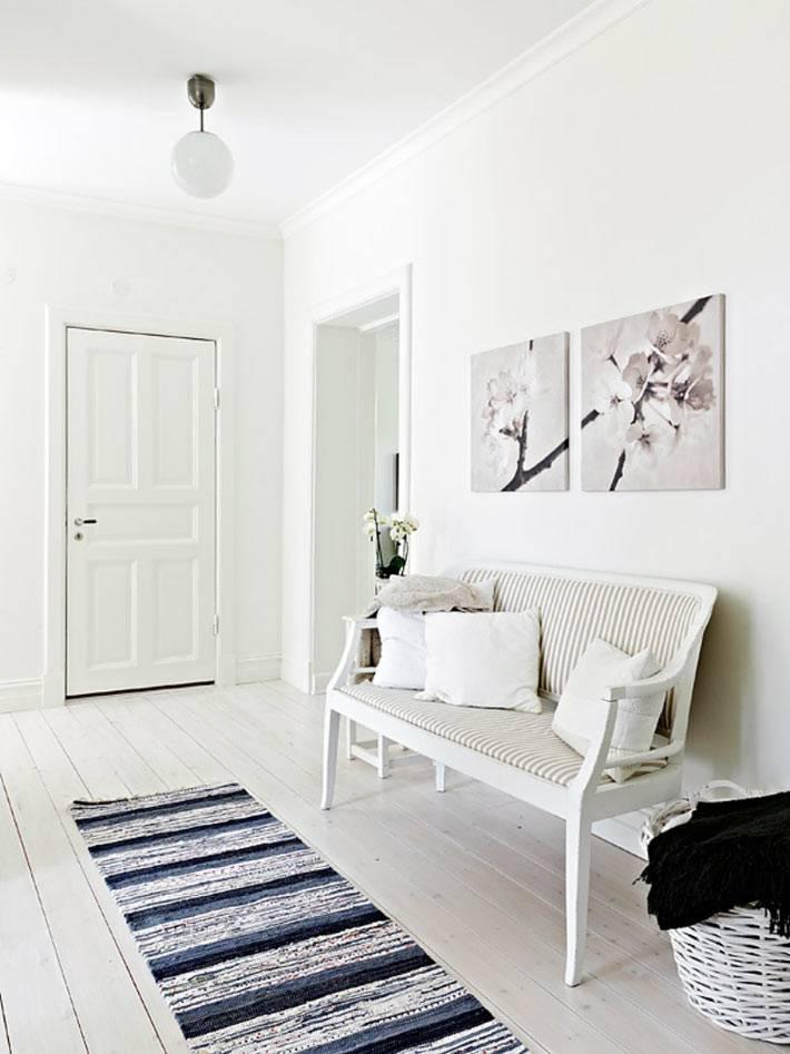 белый пол и стены в дизайне прихожей