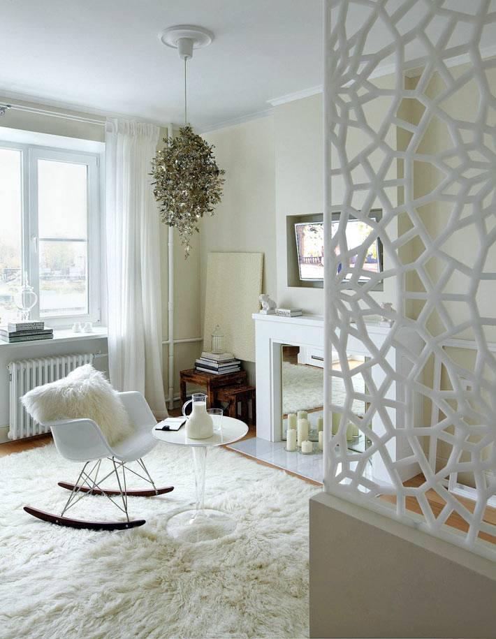 белая ажурная перегородка с гостиной комнате с камином