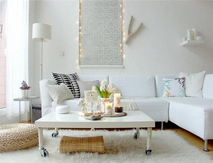 подсветка в дизайне интерьера гостиной в белом цвете