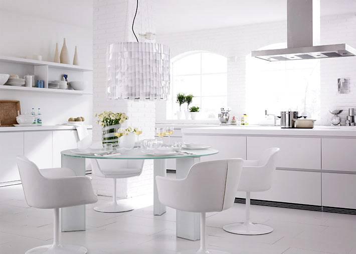 интерьер кухни абсолютно белого цвета с обеденной зоной