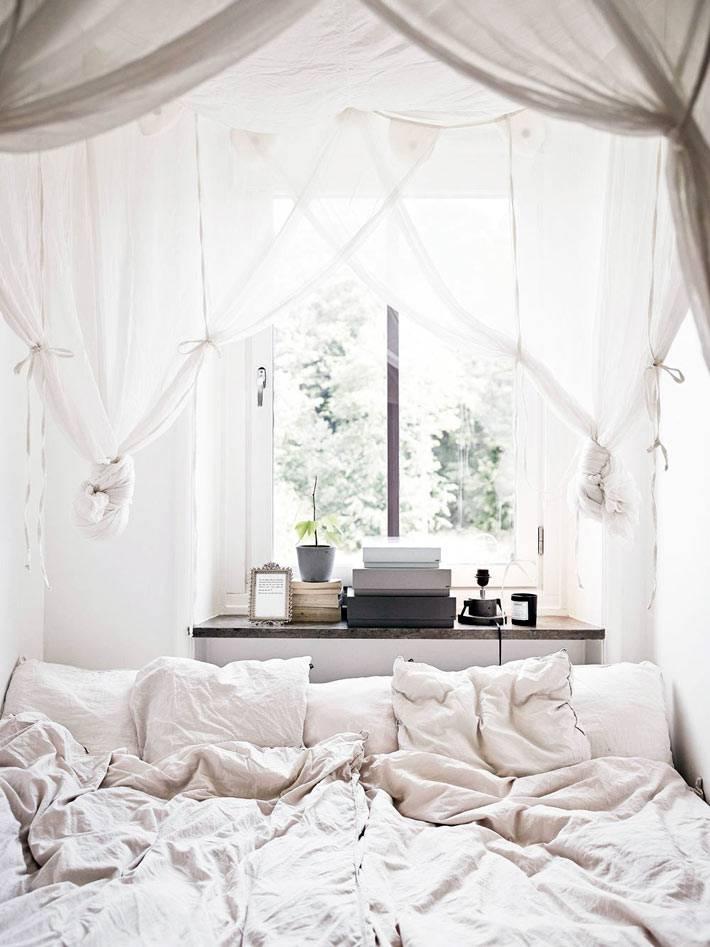 уютная спальня белого цвета с балдахином фото