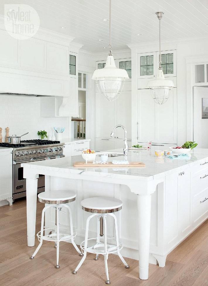 белая мебель для красивой кухни в доме