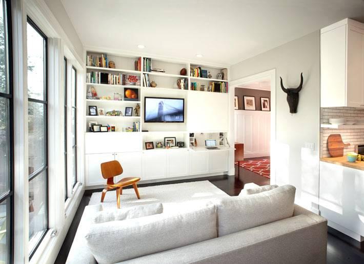 небольшая уютная гостиная комната с использованием белого цвета