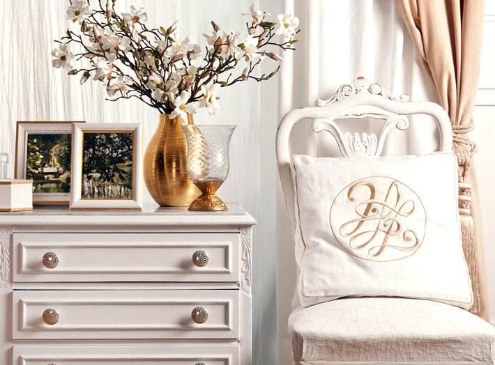 красивый декор интерьера в молочно-белом цвете