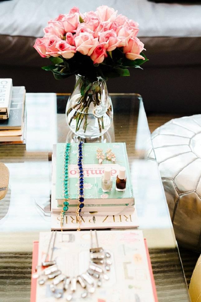 цветы в вазе и уютные мелочи для декора интерьера