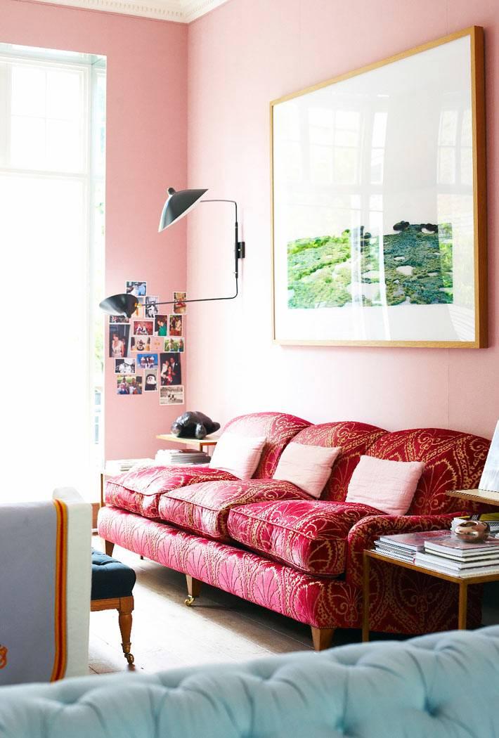 яркий розовый диван в дизайне интерьера