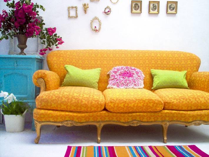 яркий интерьер и яркий желтый диван на ножках фото