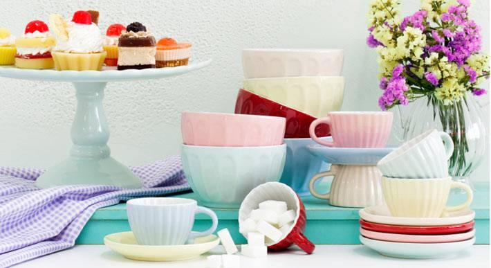 красивая посуда пастельных оттенков в сервировке стола