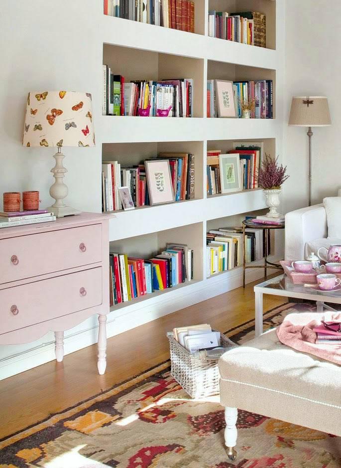 книжные полки в нише в стене комнаты фото