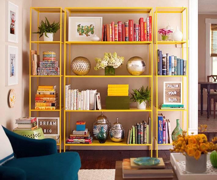 яркий желтый стеллаж для книг в доме фото