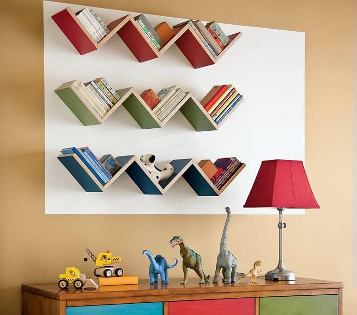 книжные полки необычной зигзагообразной формы фото