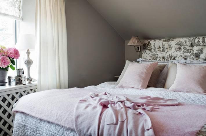 уютный интерьер мансардной спальни в сером цвете фото