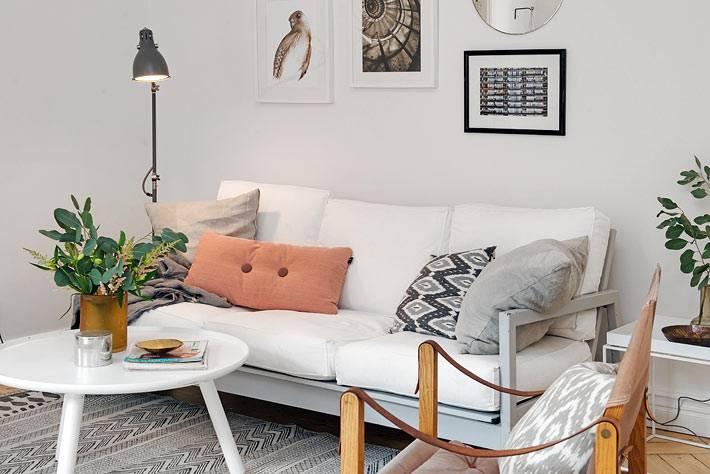 белый диван и торшер в гостиной комнате фото