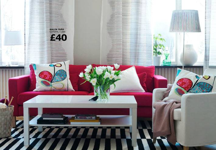 красивый малиновый диван ИКЕА с белыми подушками