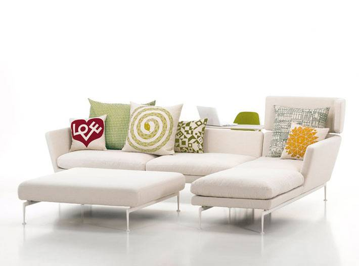белый модульный диван для интерьера с диванными подушками