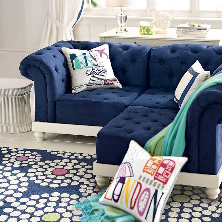 сине-белый диван в светлой комнате
