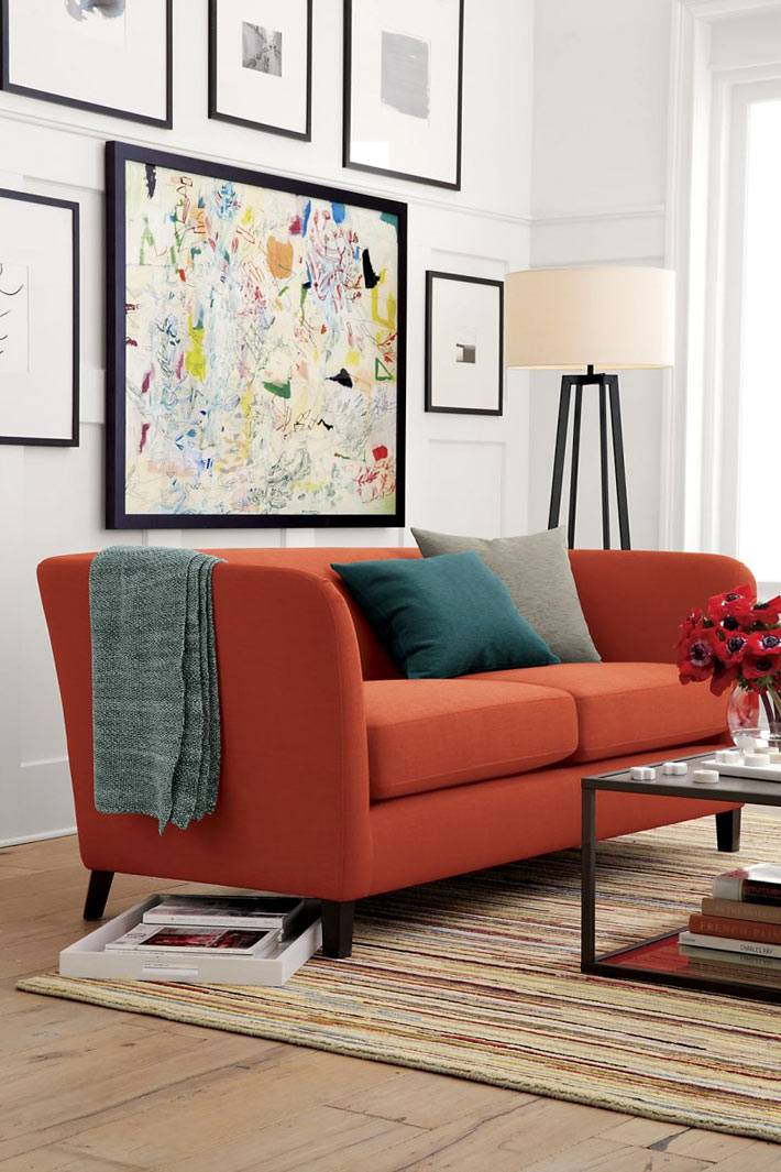 красивый красный диван в интерьере комнаты