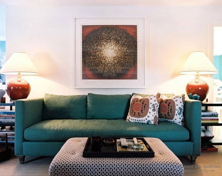 изумрудно-зеленый диван в гостиной белого цвета