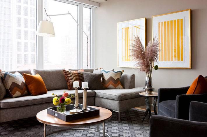 желтые картины в интерьере гостиной комнаты в серых тонах