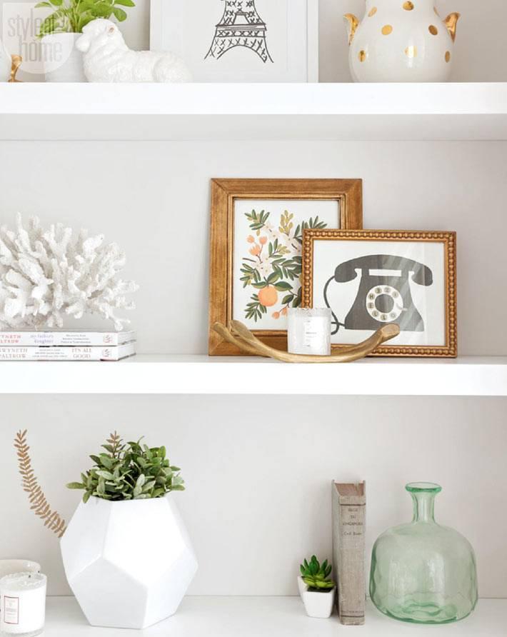 белый цвет книжных полок в интерьере с красивыми вазами