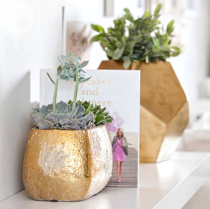 декоративные элементы золотого цвета на полках в доме