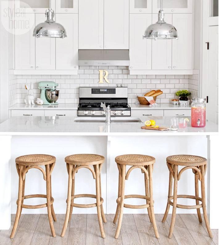 интерьер кухни белого цвета с деревянными табуретами