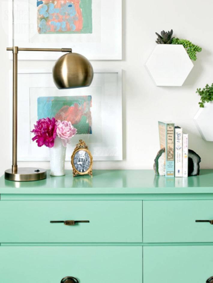 красивый комод светло-зеленого цвета и золотая лампа