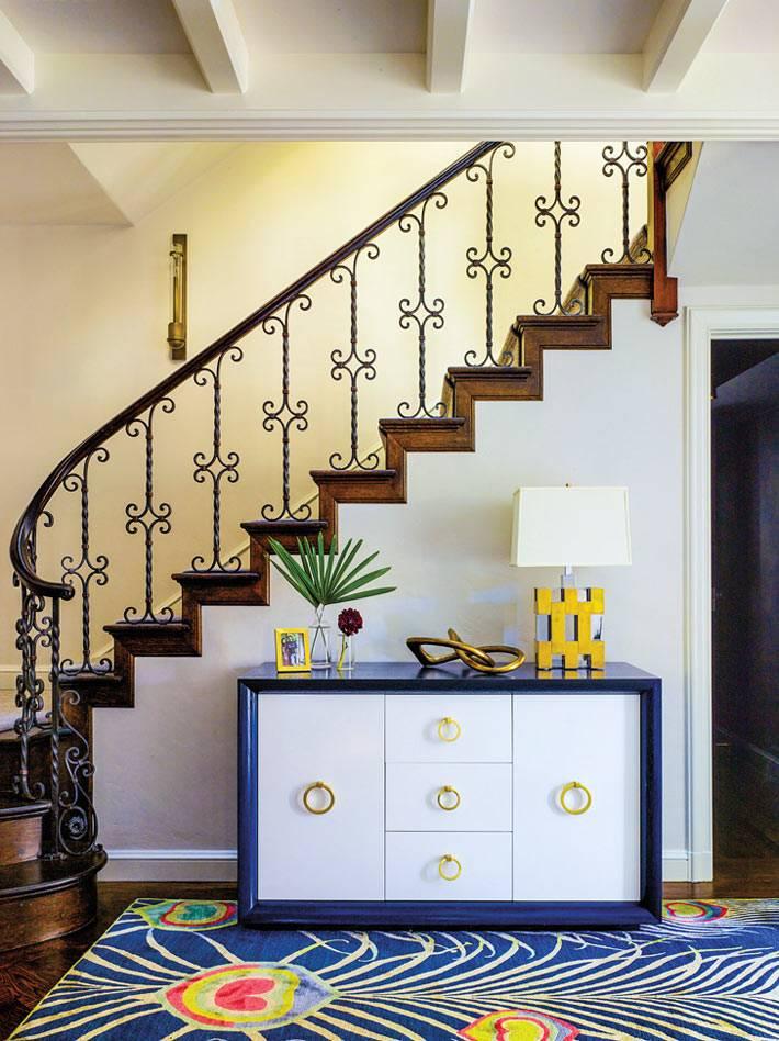 ярко-синие акценты в дизайне интерьера двухэтажного дома
