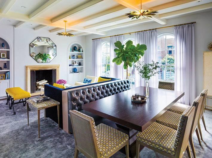 красивый интерьер гостиной комнаты с обеденным столом