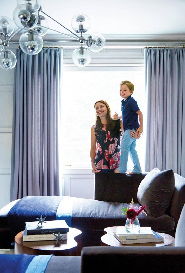 красивый дизайне интерьера дома с необычной люстрой фото