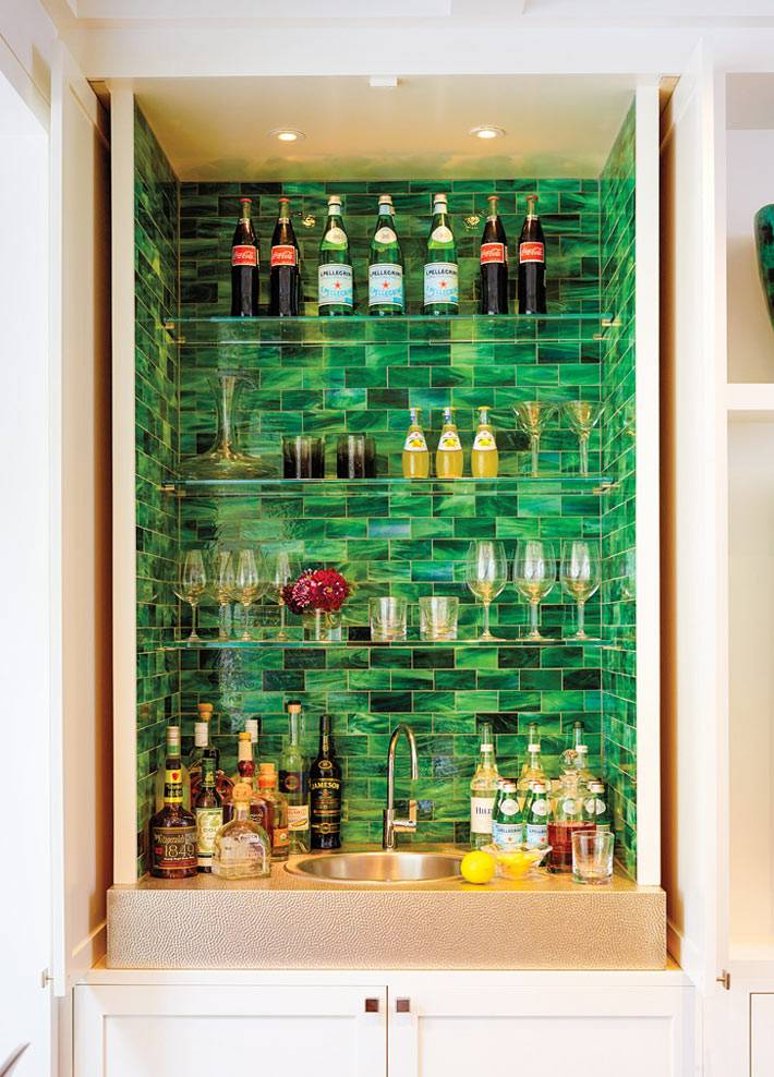 зеленая ниша с мини-баром в интерьере гостиной комнаты