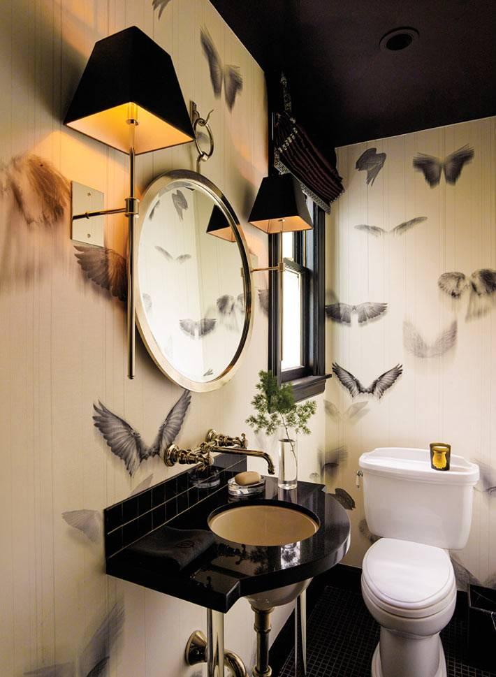 обои с птицами и черный потолок в интерьере туалета