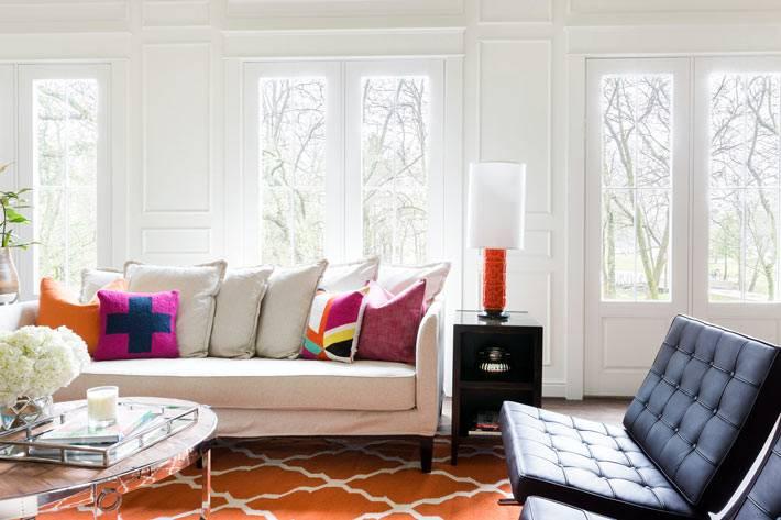 белый интерьер комнаты с оранжевым ковром