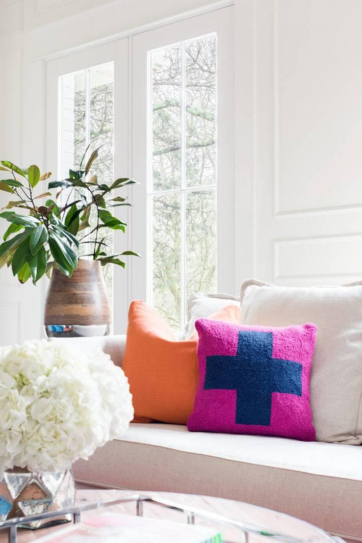 оранжевые и фиолетовые декоративные подушки на диване
