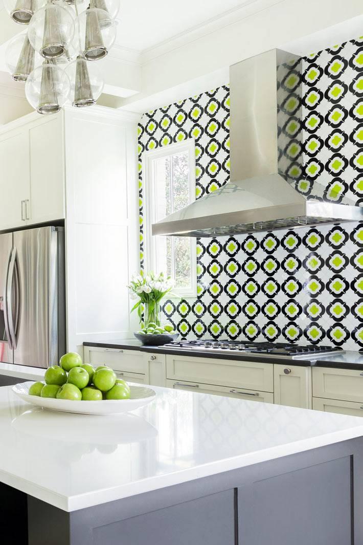 яркая пестрая плитка на фартуке в дизайне интрьера кухни