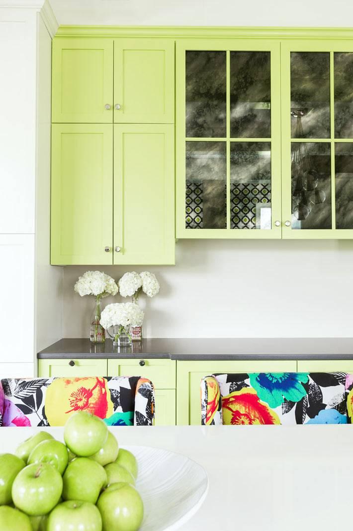 светло-зеленые фасады в дизайне кухонной мебели