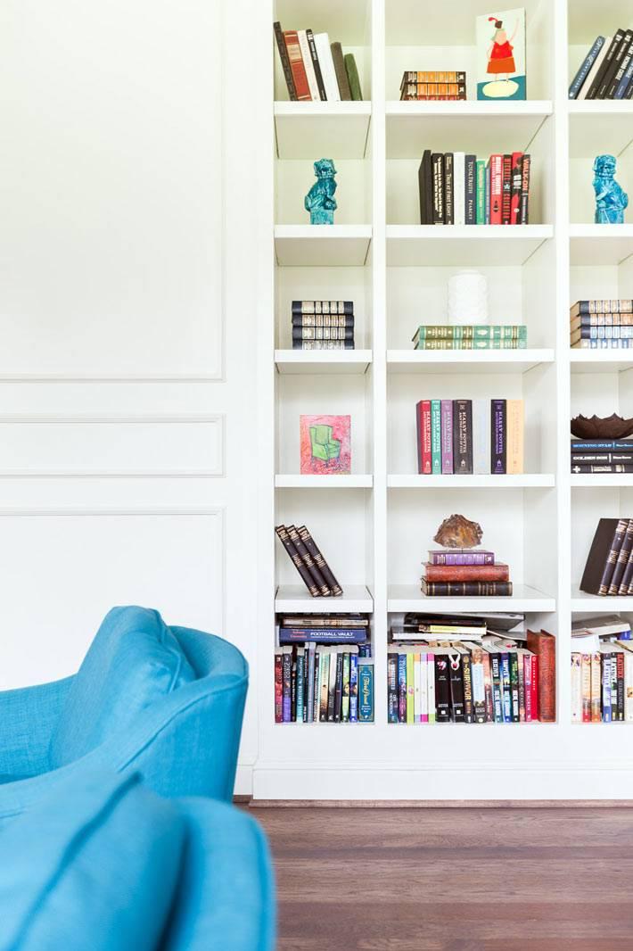 книжный стеллаж белого цвета в интерьере дома
