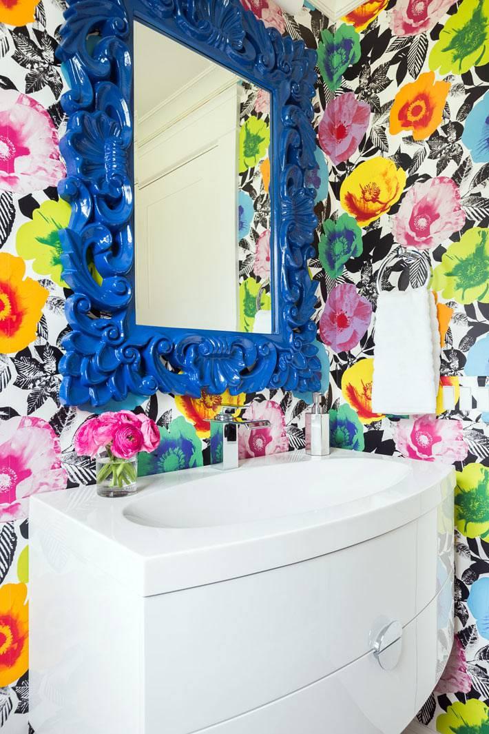 очень яркая ванная комната с синей резной рамой для зеркала фото